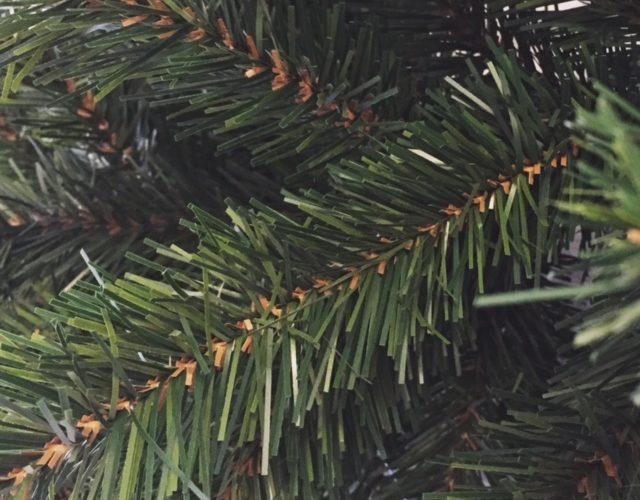 Kunstkerstbomen, -kransen en -slingers direct uit voorraad leverbaar